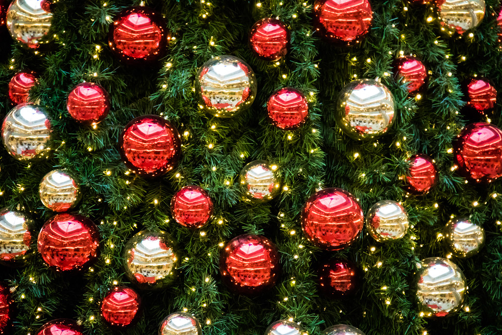 Choosing Christmas Decorations and Lights for the Holidays